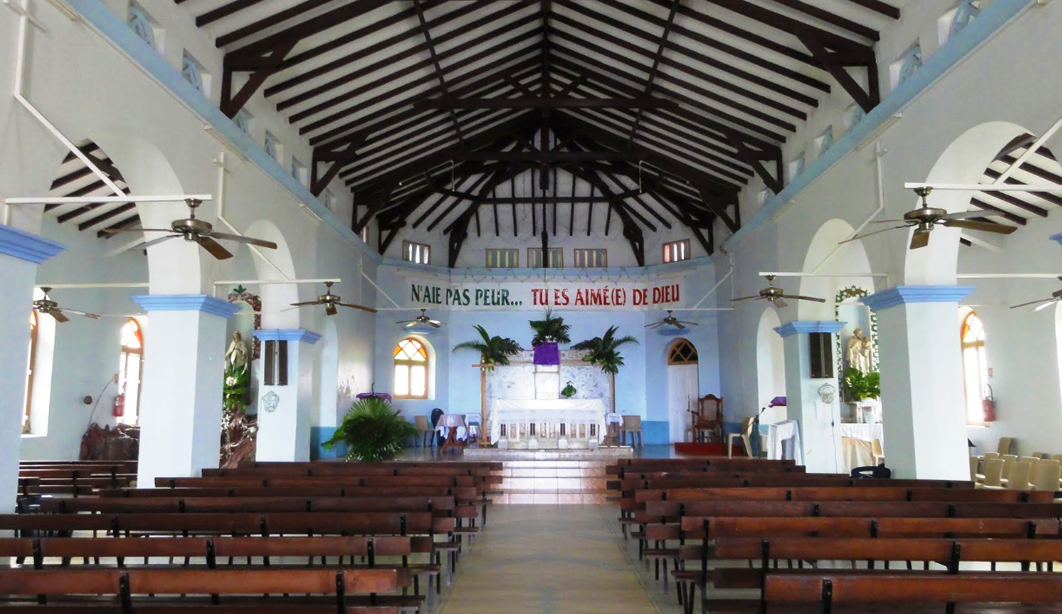 messe-catholique-culture-tradition-coutume-guadeloupe-caraibes-creole-guadeloupe-eglise-deshaies-interieur-basse-terre