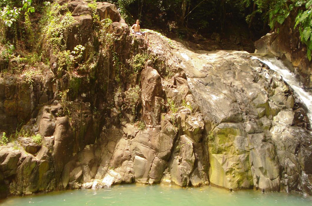 saut-d-acomat-cascade-bassin-riviere-saut-baignade-guadeloupe-insolite-falaise-saut-plongeon