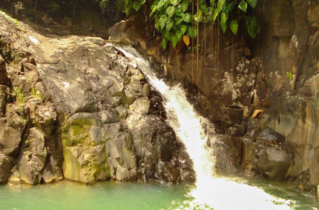 saut-d-acomat-cascade-bassin-riviere-saut-baignade-guadeloupe-insolite-voyage-caraibes-roche-toboggan-naturel-guadeloupe-insolite-voyage