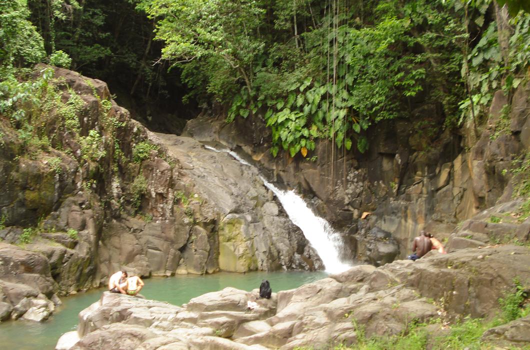 saut-d-acomat-cascade-bassin-riviere-saut-baignade-guadeloupe-insolite-voyage-caraibes-roche
